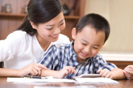Cha mẹ nhất định phải nhớ 2 nguyên tắc quan trọng này khi khen ngợi con