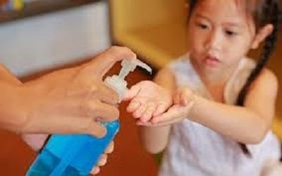 Tăng chấn thương mắt do tiếp xúc với nước rửa tay có cồn ở trẻ em